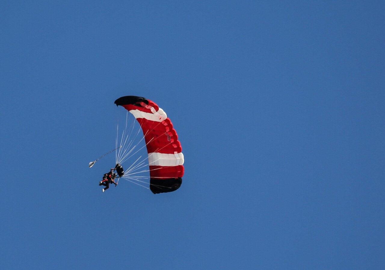 Paraglider in der Luft als Symbol für Mut